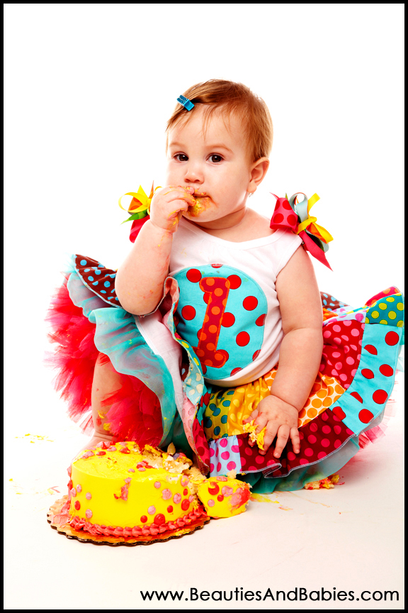 1 year old baby eating cake Los Angeles photographer